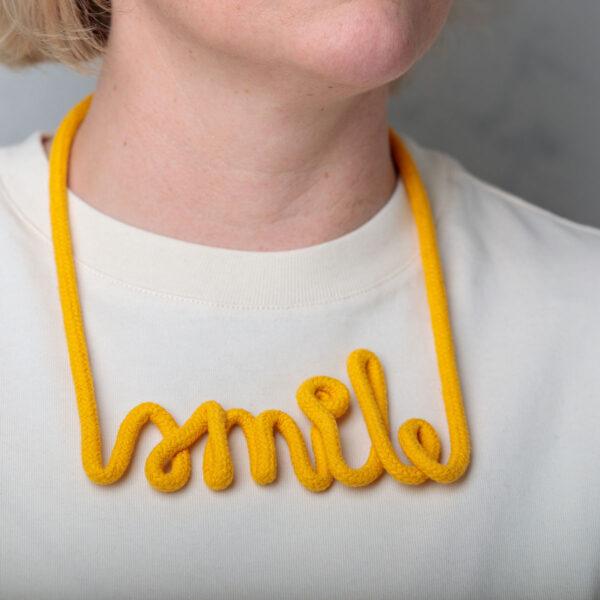 goldmeise-statement-kette-schriftzug-smile-dotter-auf-tshirt